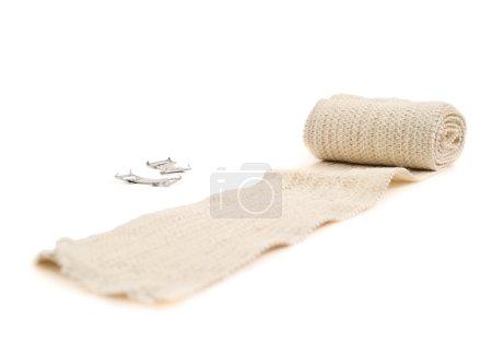 Photo pour Bandage de compression ACE élastique non enveloppé, isolé sur fond blanc - image libre de droit
