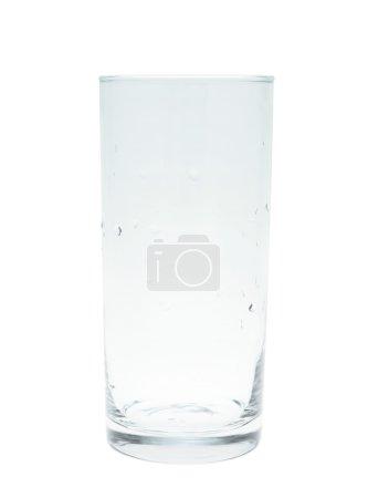 Photo pour Grand verre vide recouvert de gouttes d'eau, isolé sur le fond blanc - image libre de droit