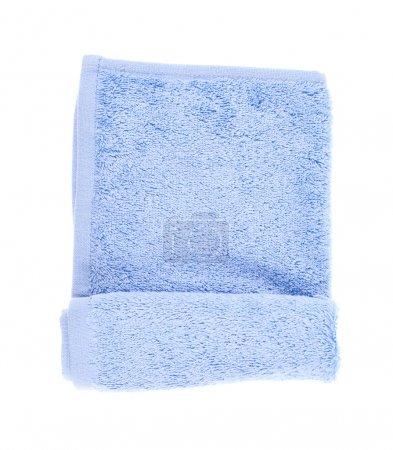 Photo pour Serviette éponge bleu clair pliée isolée sur le fond blanc - image libre de droit