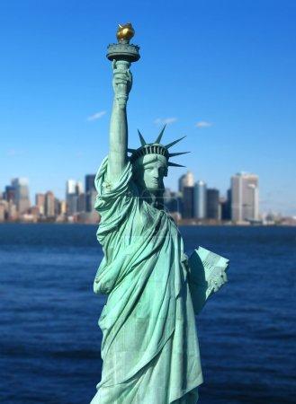 Photo pour New York : La Statue de la Liberté, symbole américain, avec l'horizon du Lower Manhattan en arrière-plan. Photo concept de tourisme. Liberty Island, New York, États-Unis - image libre de droit