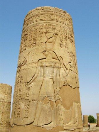 Photo pour Temple de Kom Ombo, Egypte : colonne avec le relief de dieu Horus - image libre de droit