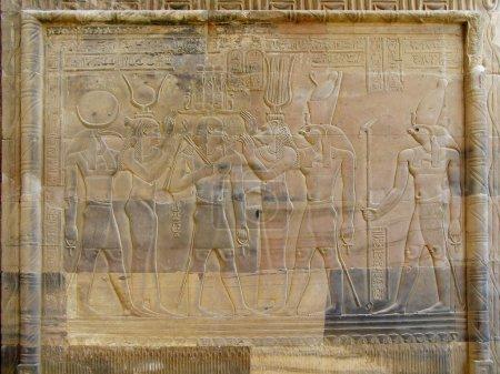 Photo pour Temple de kom ombo, Egypte : soulagement du Pharaon avec hathor et sekhmet de déesses et les dieux horus et seth. - image libre de droit