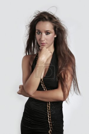 Photo pour Jeune belle dame représentée en studio et posant pour diverses photos de mode . - image libre de droit