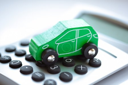 Photo pour Voiture-jouet et concept de calculatrice pour l'achat, la location, le carburant ou les coûts d'entretien et de réparation - image libre de droit