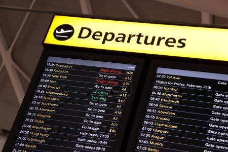 Photo pour Information de vol de l'aéroport sur une planche de départ international grand écran - image libre de droit
