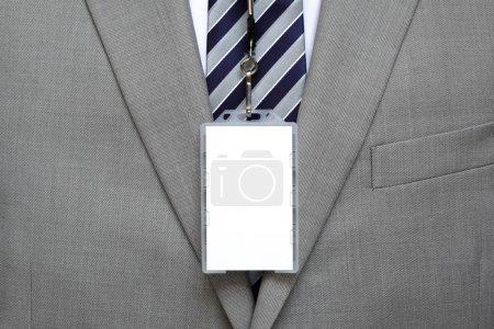 Photo pour Étiquette d'identité vierge sur un costume d'homme d'affaires sur une lanière - image libre de droit