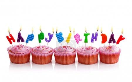 Photo pour Joyeux anniversaire bougies sur cupcakes roses isolés sur blanc - image libre de droit