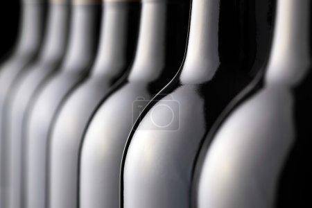 Photo pour Bouteilles de vin rouge consécutives - image libre de droit