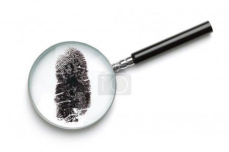 Photo pour Verre grossissant examinant les empreintes digitales isolées sur du blanc avec un concept d'ombre douce pour la criminalité ou la criminalistique - image libre de droit