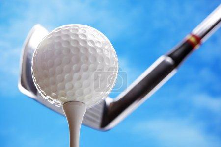 Photo pour Club de golf et balle de golf sur le point de décoller contre un ciel bleu - image libre de droit