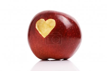 Photo pour Pommes en forme de coeur amour fait mordre dans la chair du fruit défendu rouge - image libre de droit