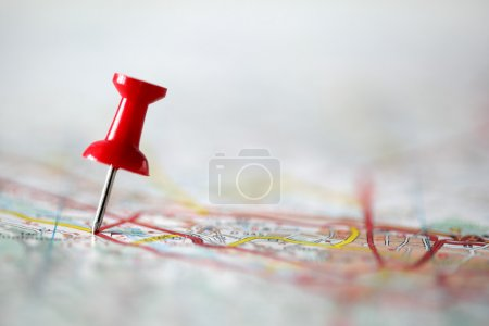 Photo pour Punaise rouge montrant l'emplacement d'un point de destination sur une carte - image libre de droit