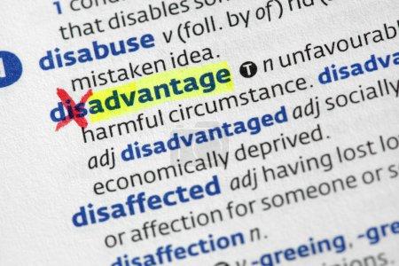 Photo pour Le mot avantage Ringing défavorisé dans un dictionnaire - image libre de droit