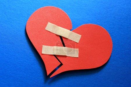 Photo pour Cœur brisé fixé avec pansement adhésif - image libre de droit