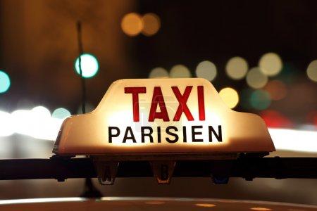 Photo pour Taxi parisien, avec les chemins arc de triomphe et de feux tricolores en arrière-plan - image libre de droit