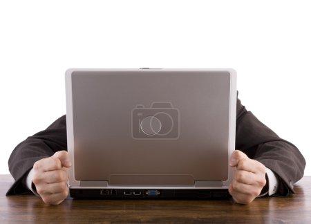 Photo pour Homme d'affaires frustré clenches ses poings dans le désespoir à son ordinateur portable - image libre de droit