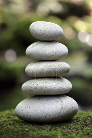 Photo pour Pile de pierres de galets dans une forêt - image libre de droit