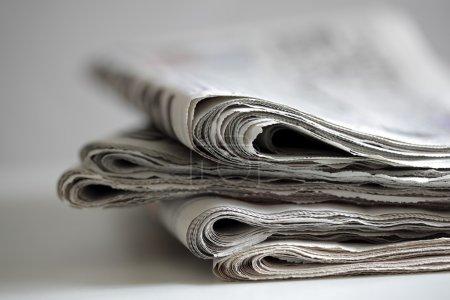 Photo pour Journaux pliés et empilés concept pour la communication mondiale - image libre de droit