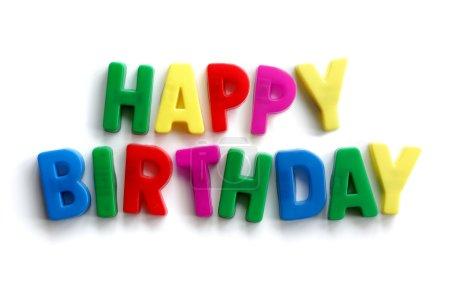 Photo pour Paroles de joyeux anniversaire d'aimants lettre colorées sur fond blanc - image libre de droit
