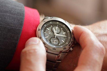 Photo pour Homme d'affaires, regarder l'heure sur sa montre de poignet - image libre de droit