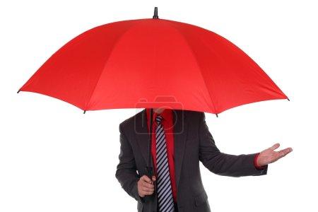 Photo pour Homme d'affaires détenant la notion parapluie rouge pour l'agent d'assurance, de protection de la finance ou de problèmes - image libre de droit