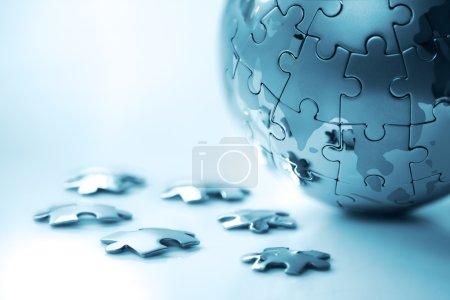 Photo pour Concept de solution de stratégie globale puzzle de la terre - image libre de droit