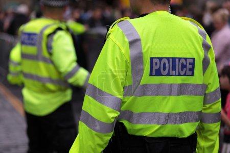 Photo pour Police de vestes de Salut-visibilité police antiémeutes à un événement au Royaume-Uni - image libre de droit