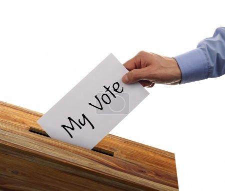 Vote dans les urnes