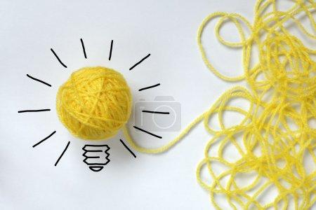 Photo pour Inspiration laine ampoule métaphore de bonne idée - image libre de droit