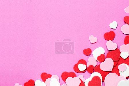 Photo pour Coeur rouge, rose et blanc forme Valentin confetti fond - image libre de droit