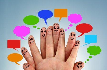 Photo pour Réseau social familial concept doigt personnes en discussion avec bulles - image libre de droit