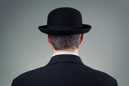 Photo pour Homme d'affaires dans le concept chapeau melon pour les entreprises, la finance, l'assurance et la culture anglaise - image libre de droit