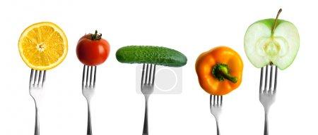 Foto de Verduras y frutas en las horquillas - Imagen libre de derechos