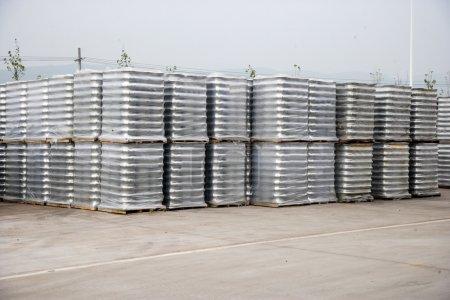 Photo pour Chongqing Minsheng Logistics Automotive Auto Parts Warehouse réserves jantes - image libre de droit