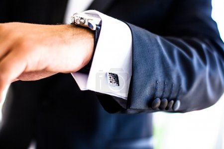 main avec montre et boutons de manchette