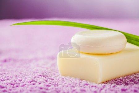 Photo pour Savon, accessoires de massage, sur une serviette rose - image libre de droit