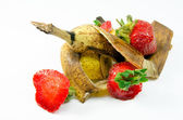Ovocné odpady na bílém pozadí
