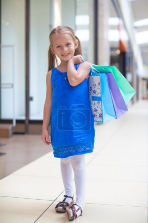 Foto de Niña de moda con paquetes en gran centro comercial - Imagen libre de derechos