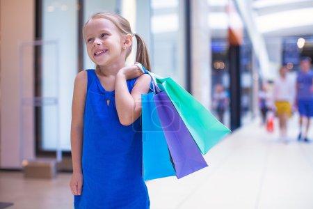 Foto de Niña de moda con paquetes en un gran centro comercial - Imagen libre de derechos