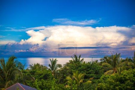 Photo pour Vistas panorámicas del océano y el cielo desde el balcón - image libre de droit