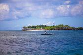 Rybář v člunu na jasné modré moře Filipíny