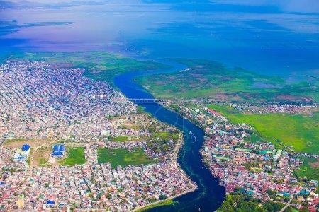 Photo pour Vue de la ville de vol d'un oiseau sur Manille - image libre de droit