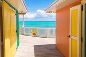 Tradiční světlé Karibiku domy na břehu