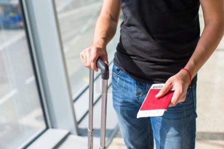 Photo pour Gros plan de l'homme, détenteurs de passeports et de passeport à l'aéroport d'embarquement - image libre de droit