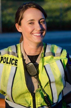 Photo pour Une policière sourit pendant son quart . - image libre de droit
