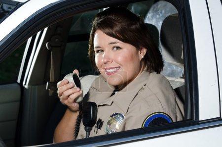 Foto de Un mujer policía a hablar en la radio. - Imagen libre de derechos