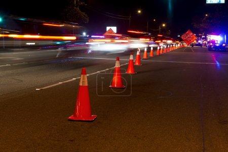 Photo pour Cônes de circulation et le trafic à un point de contrôle dui à anaheim. - image libre de droit