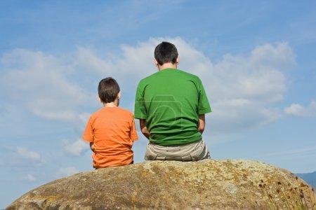 Photo pour Père donnant quelques conseils à son fils - le concept de big talk - image libre de droit