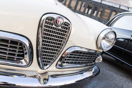 Деталь белый классический автомобиль