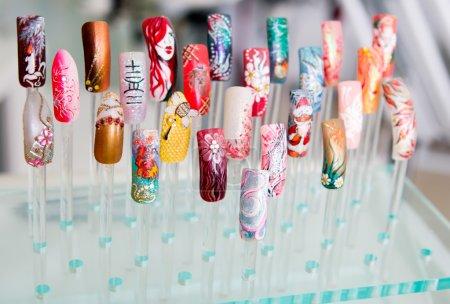 Photo pour Manucure. jeunesse provocatrice multicolores ensemble d'ongles-pour tous les goûts. - image libre de droit